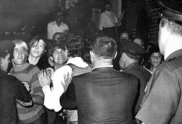 A tüntető tömeg a rendőrséggel szemben a Stonewall Inn klubnál 1969 nyarán New York Cityben.